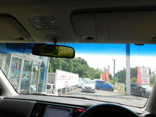 コクピットからフロントガラスの画像です。視界が広く運転がし易いです。