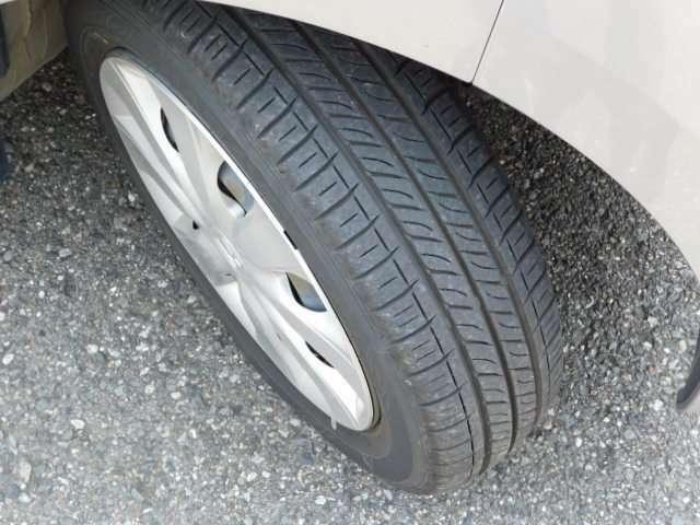 タイヤの画像です。走行距離も少ない車両ですので、タイヤ溝もまだまだ残っております。