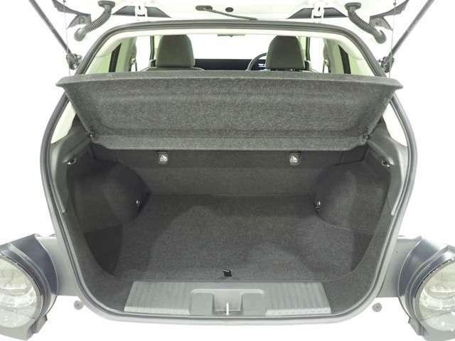 使いやすく、質感の高い荷室。リアシートを前に倒せば、容量565Lの空間がひろがります。
