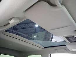 さまざまな場所に照明を配置。とくに後席のルーフには4つのLEDリアダウンライトを装備。