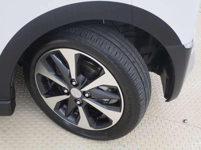 スタイルを引き締める三菱純正アルミホイールです。タイヤサイズは、155/55R15です。