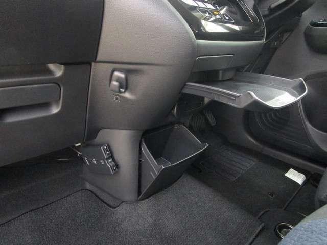 ETCを装備しております。運転席周りにはセンタートレイなどちょい置きできるスペースが沢山あります。