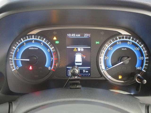 メーター中央のマルチインフォメーションディスプレイにはエコドライブ情報やタイヤアングルガイド、点検日のお知らせなどをわかりやすく表示。ドライバーをサポートします。