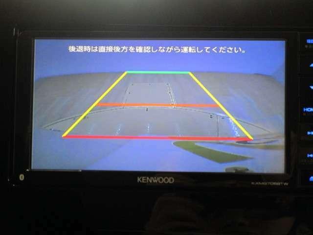 後退時にはバックカメラの映像がナビ画面に映ります。駐車に便利なガイドライン付き!