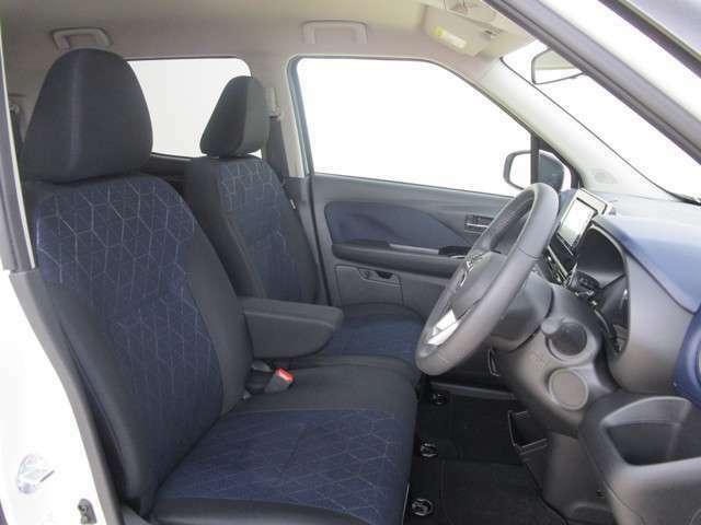 ゆったりとしたフロントシートです。運転席助手席にシートヒーター付き。