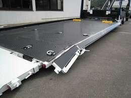 レスキューご用達の一般型の5m荷台。リアタイヤが収まればいいので、大きな車も乗せれるんです。