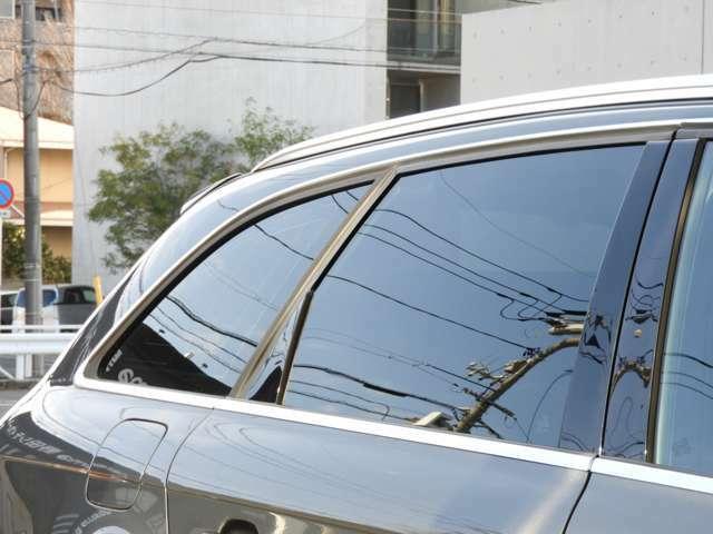 ■プライバシーガラス処理 リアガラス5面にはプライバシーガラス処理が施されております。後席のプライバシー確保とUVカット、エクステリアも引き締まってとってもスポーティです。