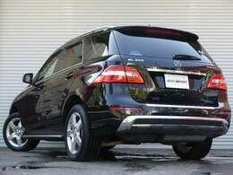 SUV特有の使用感はとても少なく室内は落ち着いたブラックレザーシートに