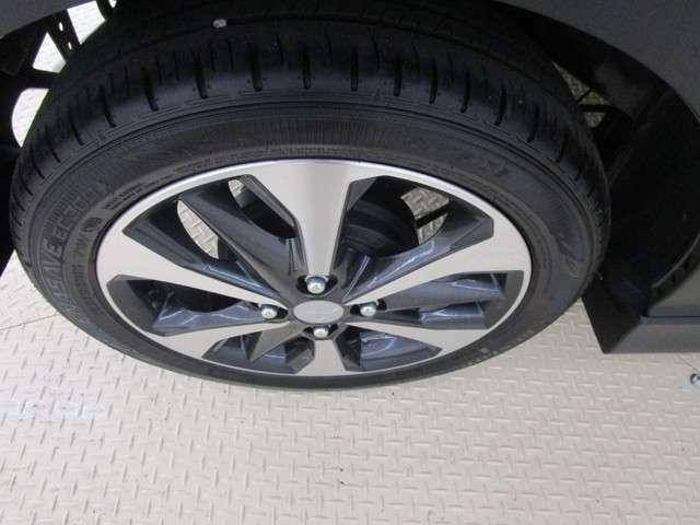 純正アルミホイール。タイヤサイズは165/55R15です。
