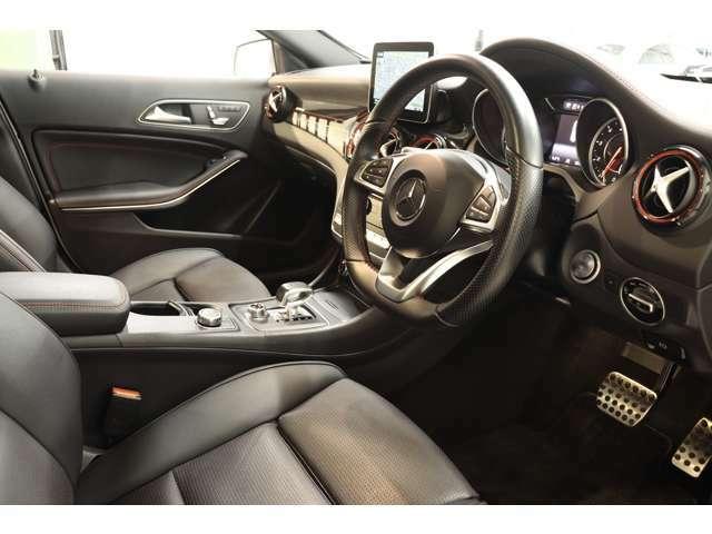 AMGデザインインテリアトリムを採用した上質なインテリア!12色切り替えが可能なマルチカラーアンビエントライトシステムが鮮やかな室内空間を飾ります!