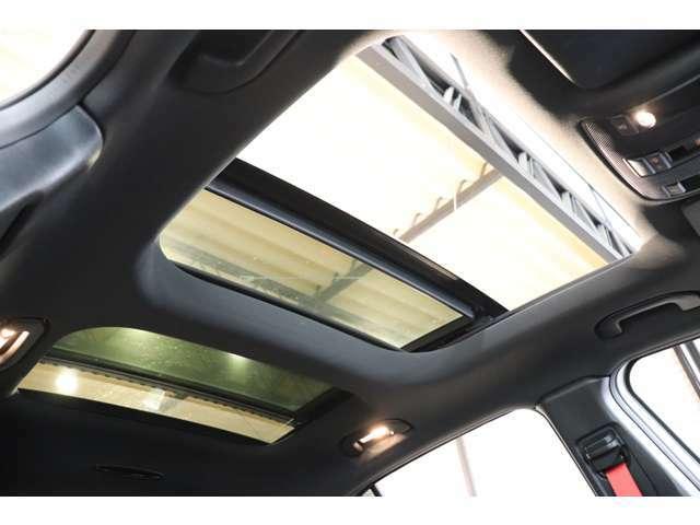 開放感を与え、明るい室内を演出するパノラマサンルーフを搭載!チルトアップ、スライディングの操作が可能ですので、快適なドライブをお楽しみ頂けます!
