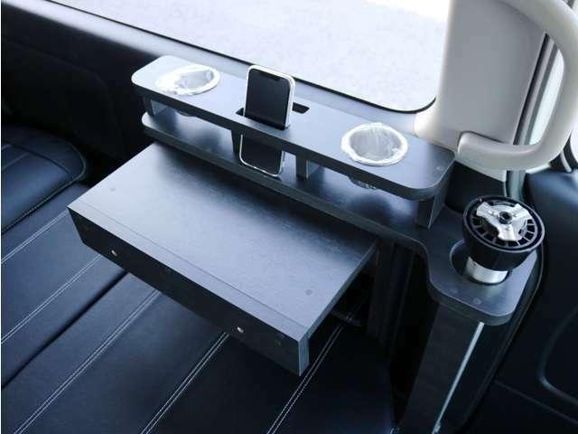 便利な壁面ドリンクホルダーを完備♪スマートフォンスタンドも装備されております!ベッド収納家具を流用してサイドテーブルとしてお使い頂くことも可能です♪