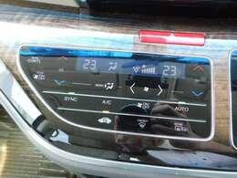 エアコンパネルの画像です。運転席と助手席、後部座席と温度をそれぞれ調整が出来るので、快適にお過ごしいただけます。