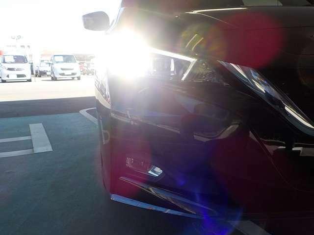 夜間路面をワイドに明るく照射するプロジェクター式LEDヘッドライト