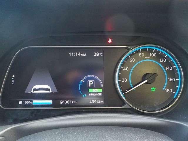 スピードメーターは瞬時に把握できる見慣れたアナログメーター、それ以外の情報は大きく分かりやすい液晶ディスプレイで取得できます