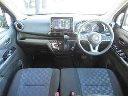 ◆室内前方◆ベンチシートで足元がゆったりしていて快適。乗ったまま運転席から助手席の移動も簡単に出来ます。車内が広く感じると走行中のストレスも感じません。