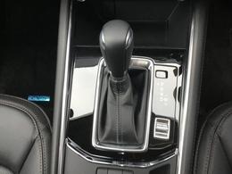 オートホールド機能は停車時にブレーキから足を離しても停車状態を維持できる機能です。アクセルを操作するとブレーキは自動的に解除されます。信号待ちなどの一時停止したい場面でドライバーの負担を軽減します。