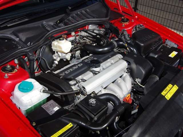 外装だけではなく、機関の整備も充実しています。復刻車の基本メニューとして24ヶ月点検整備に加え、エンジンのオイルラインおよびカーボンクリーニング、ATミッションのフルード交換(循環式)と添加剤施工、