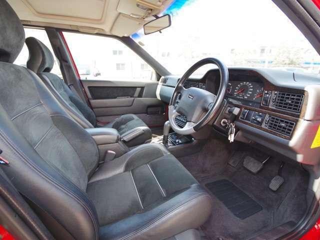 レザーとアルカンタラの電動コンビシートは、丁寧に扱われてきたことがわかるコンディションです。シートヒーターも装備。