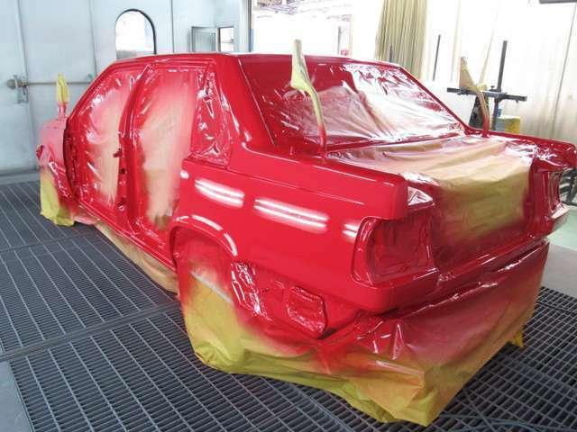 ガラスや各開口部の外板パネル、前後バンパーなど、取り外せるものは全て取り外しての全塗装。CAM'Sが自社内に鈑金塗装部門を持っているから可能となっています。熟練した塗装職人が新車の塗り肌を再現いたします。