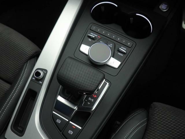 マニュアルモード付7速トランスミッション。タッチパッドを使って文字入力が可能です。