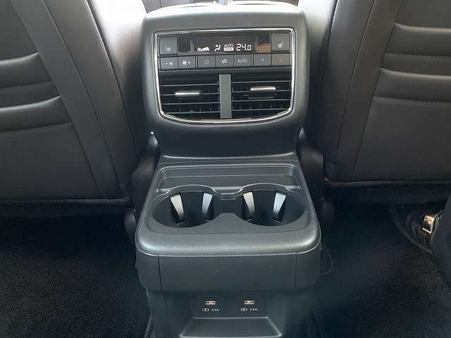 もちろんリアにもフルオートエアコンを搭載。2列目にはシートヒーターも備えております。スマホやタブレットを後席で楽しめるよう、USB端子も装備されております。
