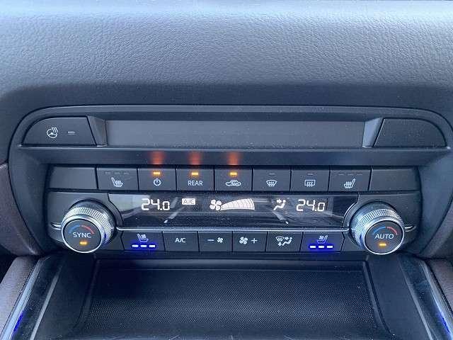 エアコンは運転席助手席独立で温度設定が可能なデュアルエアコン。冬場にうれしいシートヒータに加え、夏場汗ばみやすい時期にはベンチレーター(送風機能)もありますので一年中快適に過ごせます。