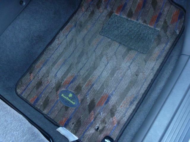運転席の足元です。良く使用状態が現れるこの場所がこんなに綺麗!!なら、車じゅうの各所が、どのような状態であるかがおわかり頂けると思います(^-^)ほんときれい・・・