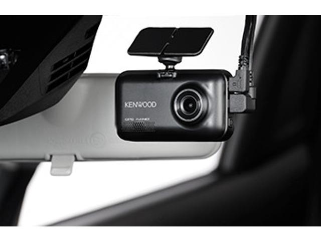 Bプラン画像:メインユニットは、JVCケンウッドのビデオカメラ開発で培った高密度設計技術の投入によりフルハイビジョン2カメラ同時録画と小型化を両立。ルームミラー裏に収まりやすいので、視界を妨げず、運転に集中できます。
