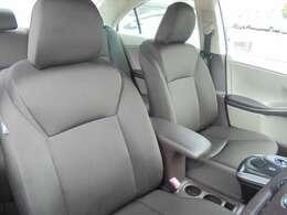 運転席と助手席は、ひじ掛けや、コントローラーで分断されています
