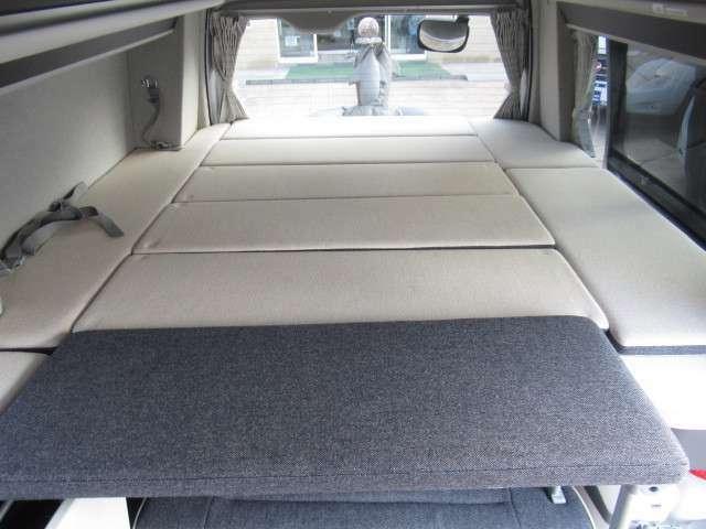 上段ベットでは大人3名様就寝可能です!サイズは約191×150となっております!