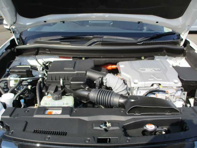 前後2基モーターを装備したツインモーター4WDです。2400cc MIVEC 直列4気筒DOHC16バルブエンジン