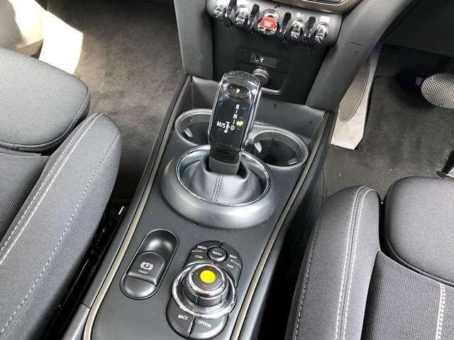 【iDriveコントローラー】手元でナビゲーション操作を可能にすることにより、ドライビングの姿勢を崩したり、目線を大きくそらすことなく安全な運転が可能です。