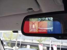 ルームミラーに映像を表示。モニターとミラーが同じ視線で確認できるので使い勝手にも優れてます。