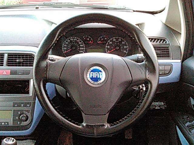 ☆ハンドルはテレスコピック(前後)&チルト(上下)します☆運転席にはリフトレバーがありドライバーそれぞれに合ったドライビングポジションをとれます☆彡