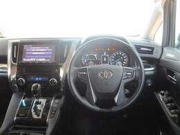 車高が高く、見晴らしの良い運転席です(^^)高級感のある雰囲気で、気分も高まります☆