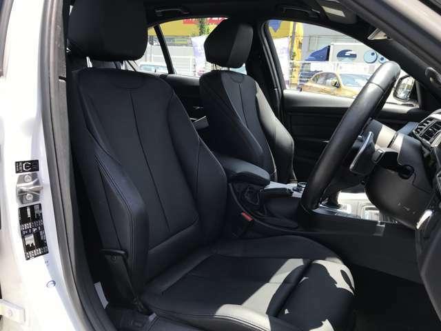 フルレザー仕様(運転席・助手席にはシートヒーター機能付)で、運転席・助手席は共にシートヒーター機能が付いております。また室内内張もレザーを採用しており、ワンランク上のグレードの高級感です。