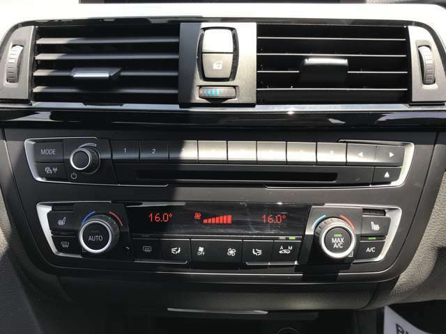 オートエアコン搭載、左右の座席でそれぞれ温度設定が可能です