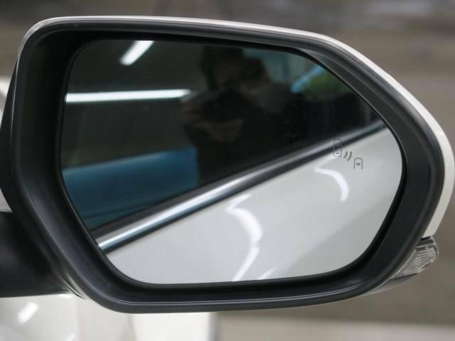 ブラインドスポットモニター約15km/h以上での走行時、隣車線上の側方および後方から接近する車両を検知すると、検知した側のドアミラーのインジケーターが点灯。その状態でウインカーを操作するとインジ