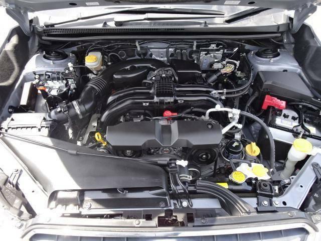 スバル車の象徴!伝統の水平対向エンジンはウェイトバランスに優れ高い安定性能に貢献しております♪自己衝突の際はエンジンがスライドしてフロントシート下に落ち広いクラッシャブルゾーンを確保!安全性にも寄与♪