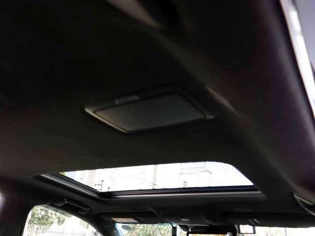 メーカーオプションのムーンルーフ付きです。天井の状態もきれいです。禁煙車です。ディラーオプションのドラレブレコーダー・レーダー探知機も付いております。