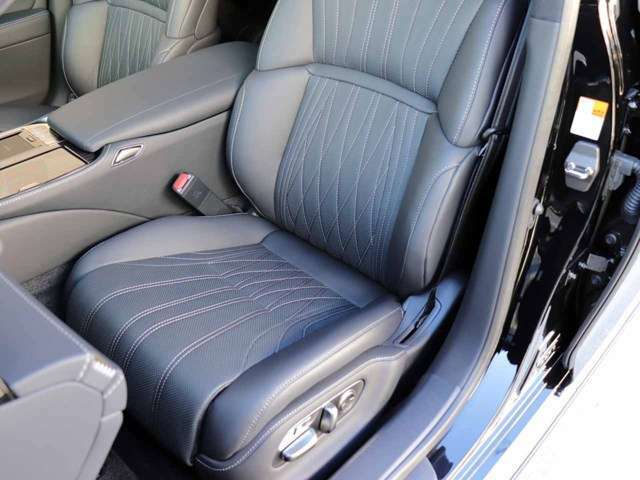助手席のシートの状態です。前席シートヒーター&ベンチレーション(HOT&COOL)機能付きです。スレ・シワ・ヘタリ等なく、ほとんど使用感なく、きれいな状態です。純正のフロアマットもついております。