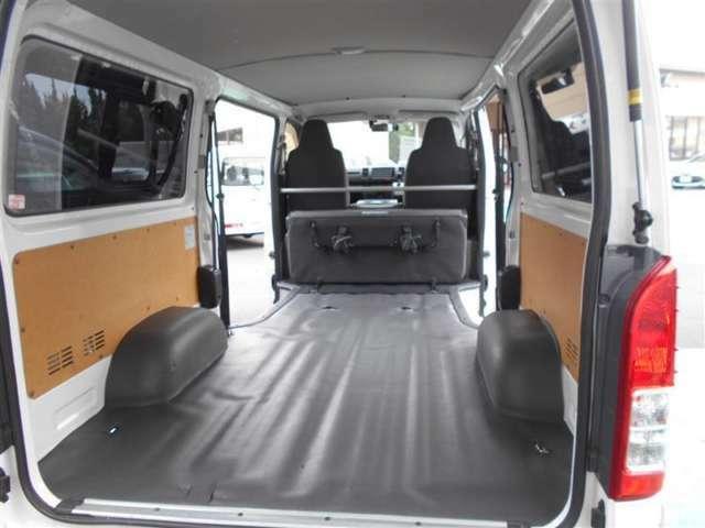 開口部が広く乗り降りはもちろん搬入もしやすい、床面が平らなのも嬉しいです。