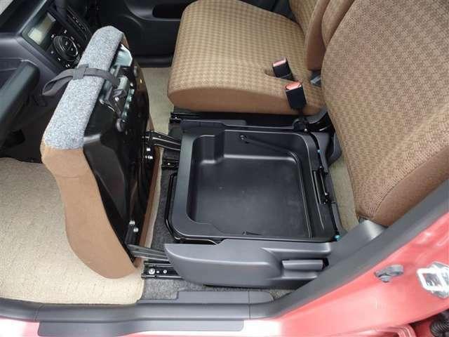 助手席側シートクッション下に収納スペースがあります!