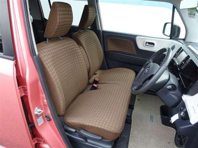 ベンチシートなので、左右どちらのドアからも乗り降りが可能ですので、狭い駐車場や縦列駐車をした際などに役立ちます!