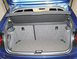 トランクルームは、リヤシートを倒すと、長い荷物もしっかり収納する使い勝手の良いトランクルームです。床板上段使用。