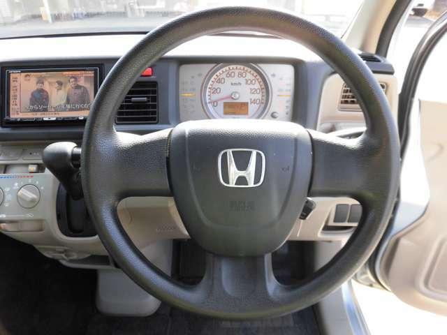 どなた乗っても運転がとってもし易いライフ!ハンドルは手に馴染んで握りのイイ、少し太めのステアリング!内装色も柔らかな色づかいで落ち着きのあるイイ雰囲気です♪各種収納も豊富に装備されています!