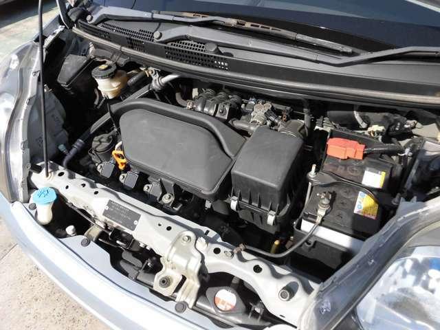 汚れの少ないエンジンルーム。2年車検整備に合わせ、ワイパー、オイル、エレメントの交換と、バッテリーも新品に交換してお渡し致します!