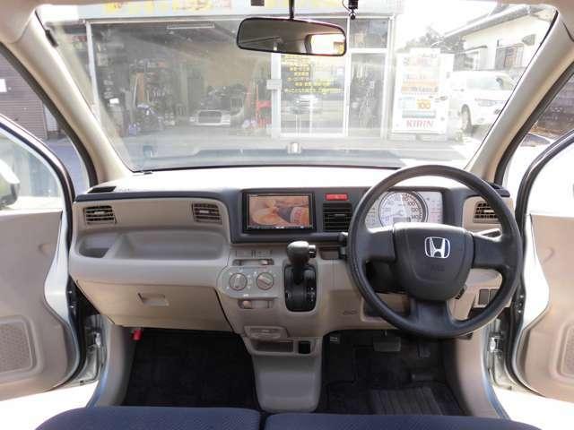 ガラス面が大きく前方視界が良好な運転席まわり。見切りが良いので前後左右の間隔も取り易く、とても運転のし易いお車です!ベージュ基調の明るい室内もキレイな状態です♪
