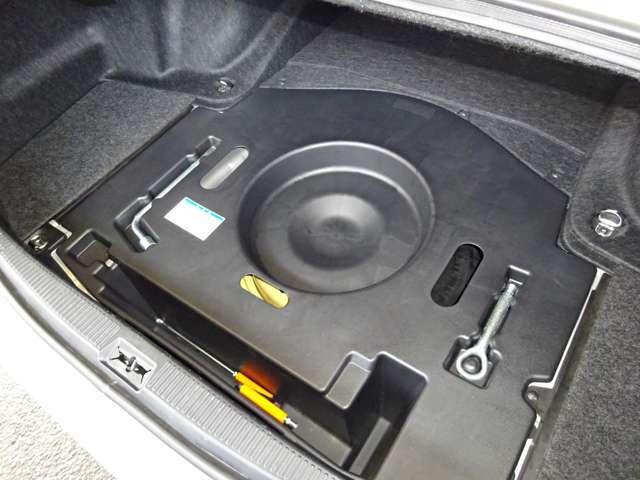 トランク下にはスペアタイヤ、車載工具がございます♪